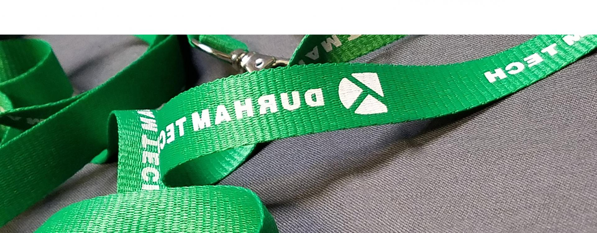 lanyard with 达勒姆技术 printed on it